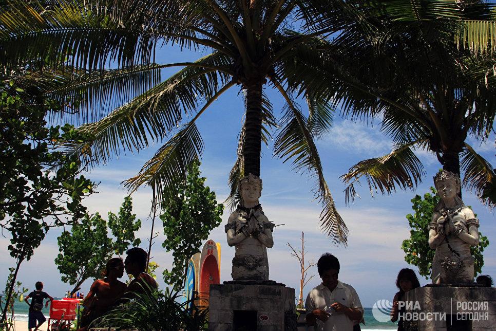 На пляже Кута острова Бали.