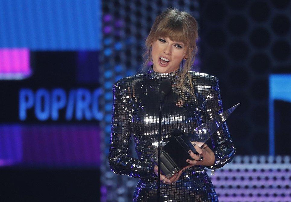 Тэйлор Свифт на церемонии награждения American Music Awards в Лос-Анджелесе