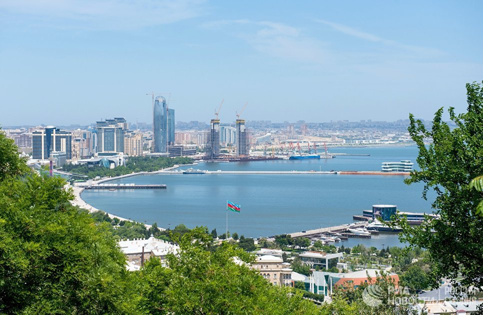 Панорама города Баку и Бакинской бухты в Каспийском море.
