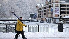 Отдыхающий с лыжами на горнолыжном курорте Роза хутор в Сочинском Национальном Парке. Архивное фото