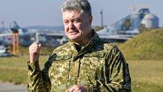 Петр Порошенко во время посещения Объединенного операционного центра сил многонациональных учений Чистое небо-2018 в Хмельницкой области. 11 октября 2018
