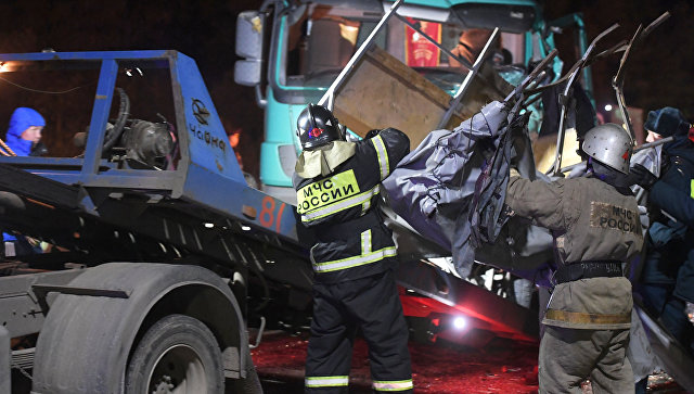Сотрудники полиции и спасатели на месте столкновении автобуса с фурой в Чувашии. 11 октября 2018