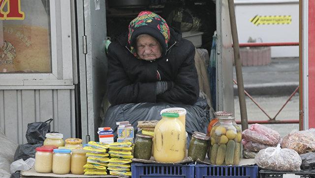 Пожилая женщина торгует на улице в Киеве. Архивное фото