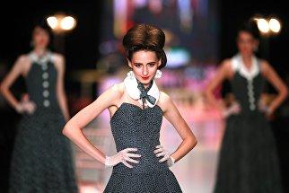 Модель демонстрирует одежду из коллекции Вячеслава Зайцева «Русские сезоны в Париже» в рамках Mercedes-Benz Fashion Week Russia