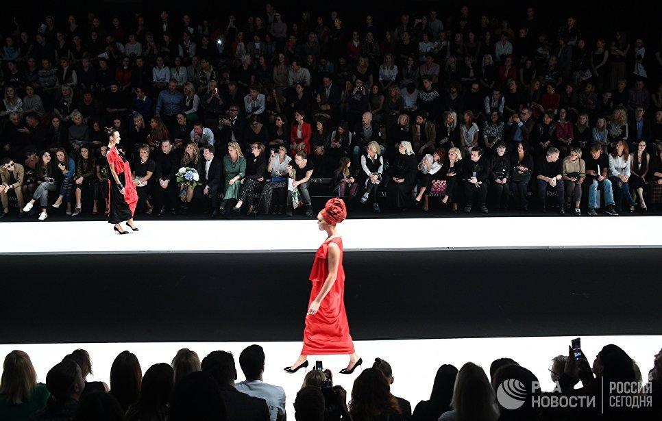 Модели демонстрируют одежду из новой коллекции дизайнера Елены Супрун в рамках Mercedes-Benz Fashion Week Russia