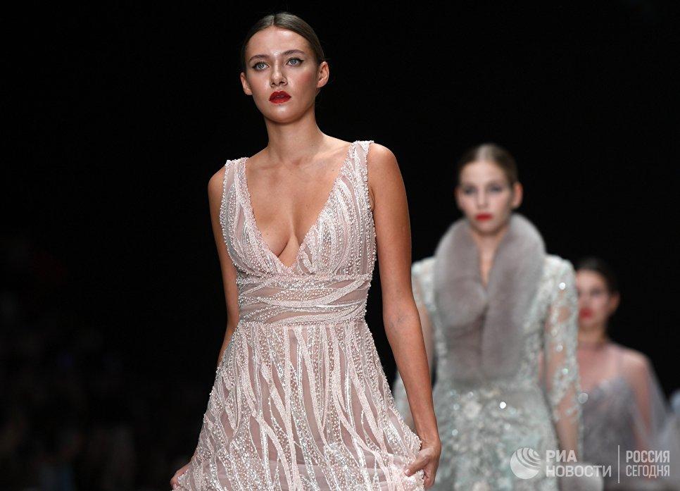 Модели демонстрируют коллекцию одежды Speranza Couture by Nadezda Yusupova в центральном выставочном зале Манеж в рамках Mercedes-Benz Fashion Week Russia