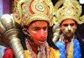 Индуистские преданные, одетые как Хануман, во время празднования Наваратри в Амритсаре