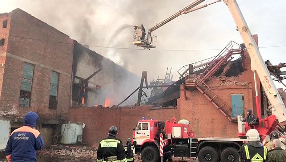 При пожаре на заводе во Владикавказе обрушились кровля и часть стены