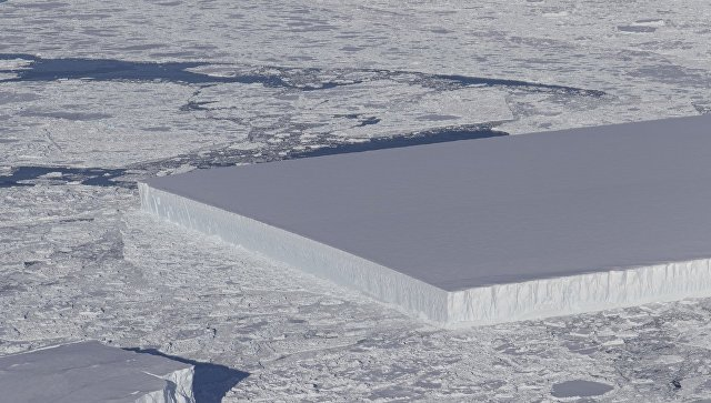Айсберг правильной формы в Антарктиде