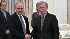 Владимир Путин и советник президента США по вопросам национальной безопасности Джон Болтон во время встречи. 23 октября 2018