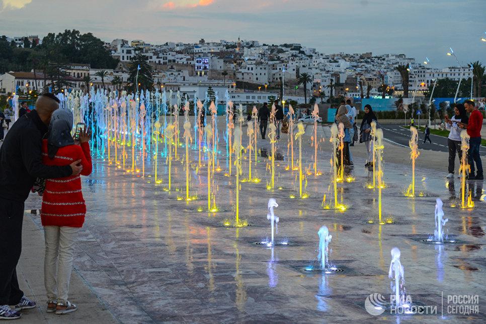 Поющие фонтаны на набережной в городе Танжер