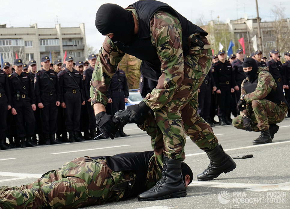Показательные выступления ОМОНа на торжественном смотре на площади Куйбышева в Самаре