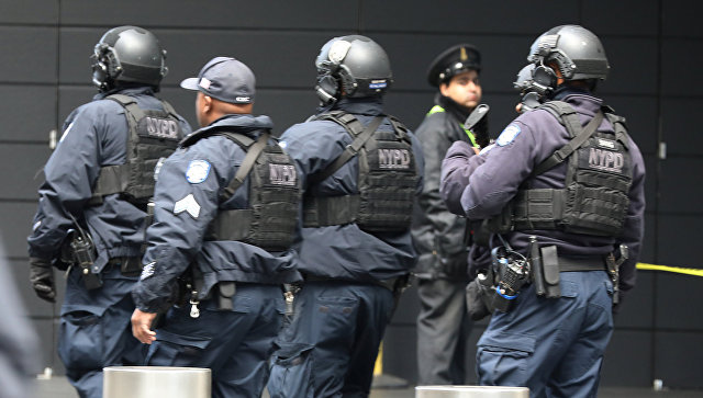 Полиция у здания Time Warner Center в Нью-Йорке, где расположена телекомпания CNN