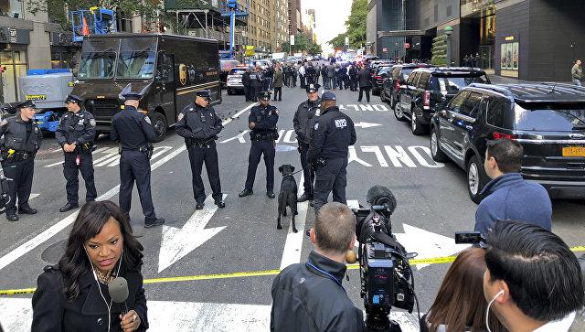 Полиция у здания Time Warner Center в Нью-Йорке, где расположена телекомпания CNN. 24 октября 2018