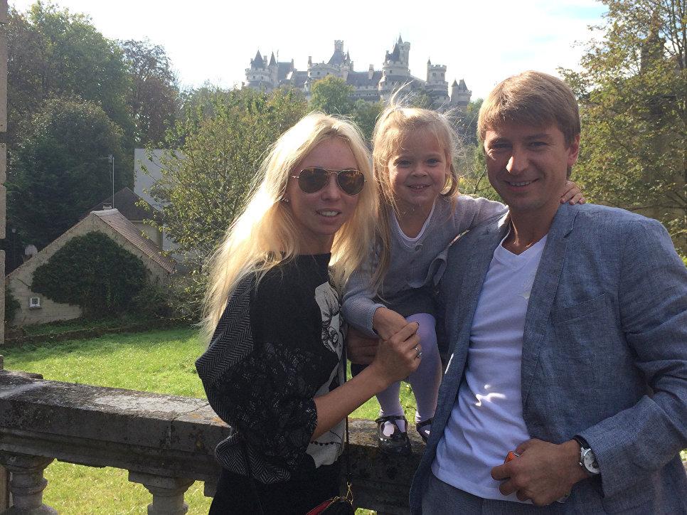 С супругой Татьяной Тотьмяниной и старшей дочерью Лизой  около своего дома под Парижем. Пьерфон.