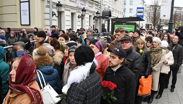 Караченцов просил поклонников не плакать, рассказала его вдова