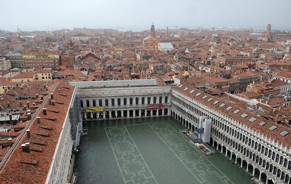 Затопленная площадь Святого Марка во время сезонного половодья в Венеции, Италия. 29 октября 2018 года
