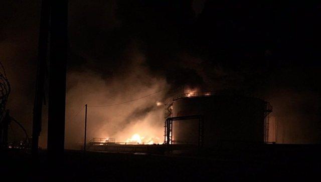 """Спасатели сократили площадь пожара на нефтебазе в Югре до 400 """"квадратов"""""""