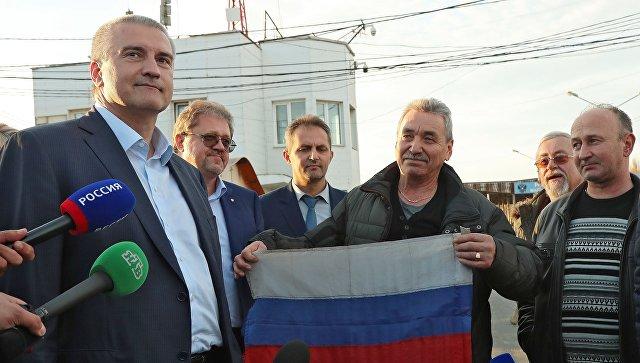 Глава Республики Крым Сергей Аксёнов и члены экипажа российского рыболовецкого судна Норд. Архивное фото