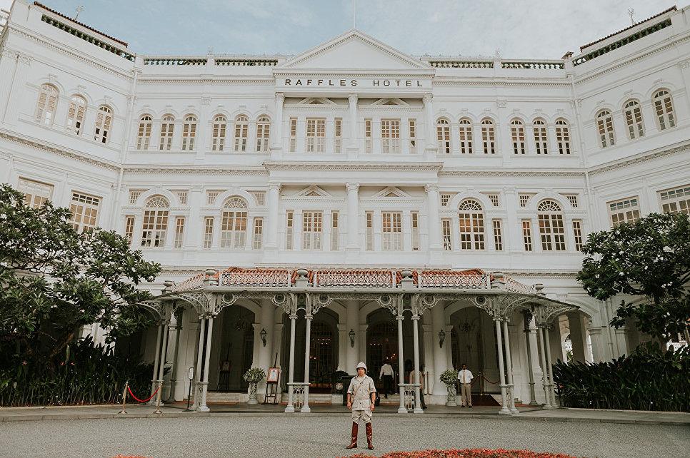 Главный вход отеля Raffles Singapore