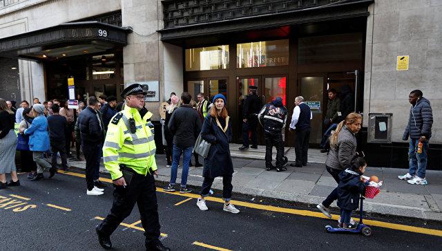 Полиция около офиса Sony Music, где мужчина с мачете совершил нападение на людей. 2 ноября 2018