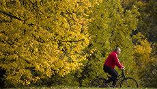 Мужчина на велосипеде в парке Коломенское в Москве. Архивное фото