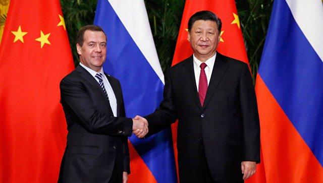 Председатель правительства РФ Дмитрий Медведев и председатель КНР Си Цзиньпин во время встречи в Шанхае. 5 ноября 2018