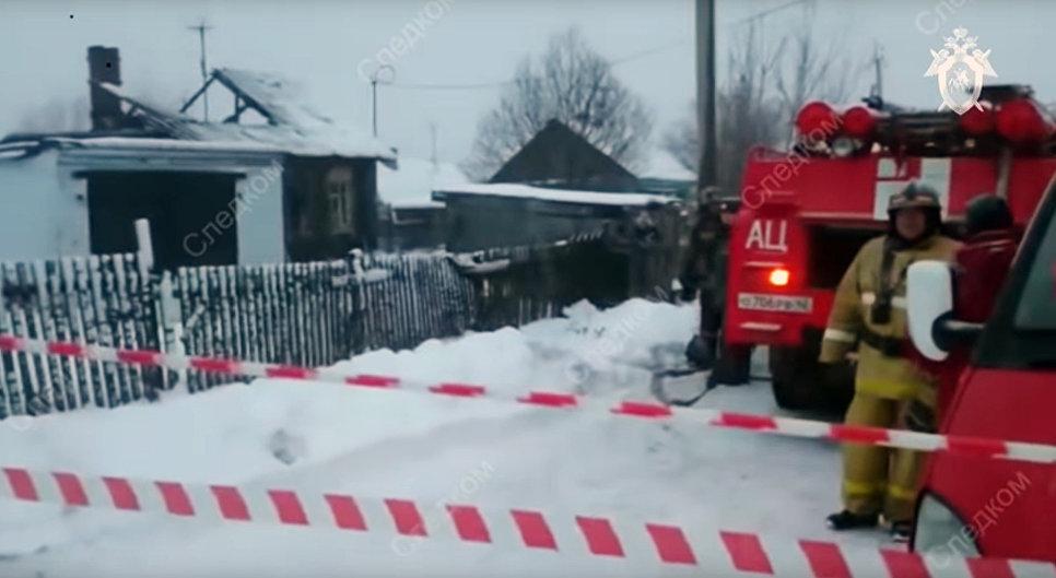 Сотрудники МЧС на месте пожара в городе Юрга Кемеровской области. 6 ноября 2018