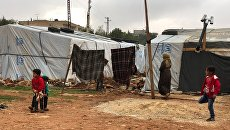 Стихийный палаточный городок сирийских беженцев в долине Бекаа в Ливане. Архивное фото