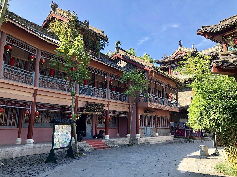 Одно из зданий в центре киноматографии «Цинминшанхэту», Хэньдян, Чжэцзян, Китай