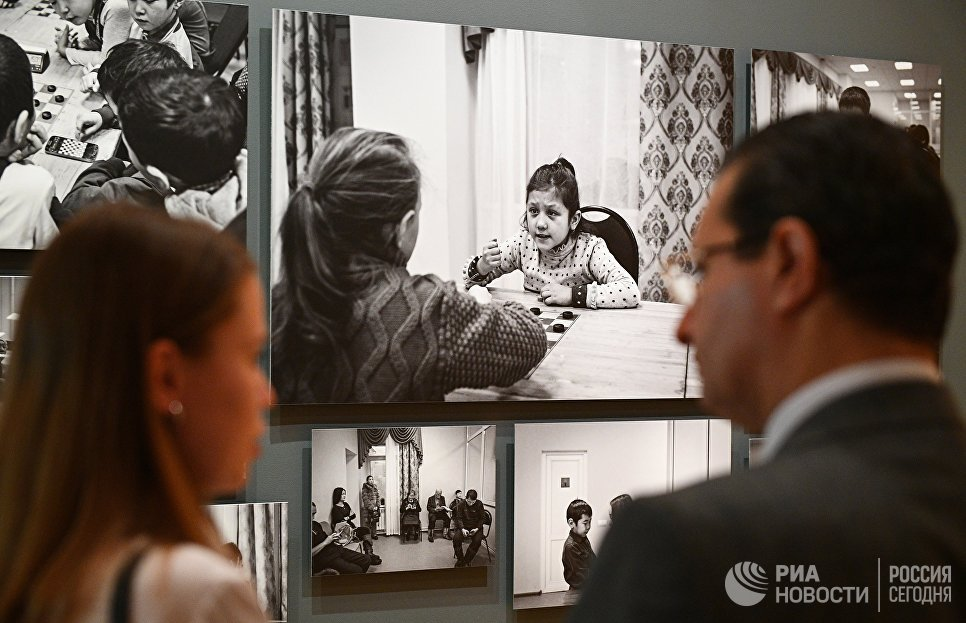 Посетители на открытии выставки победителей IV международного конкурса фотожурналистики имени Андрея Стенина в Москве