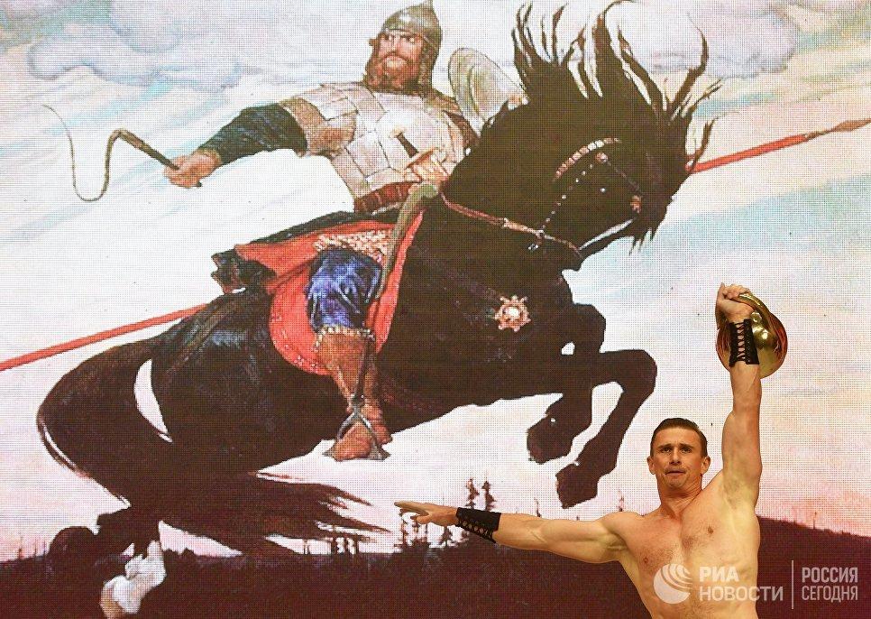 Участник эстрадно-циркового коллектива Пилигрим на фестивале творчества, посвященном Великому стоянию на реке Угре в 1480 году