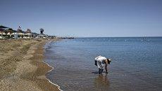Женщина на одном из пляжей.
