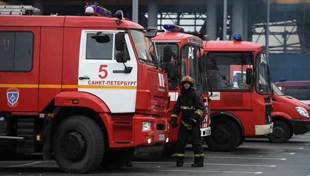 """Пожар в гипермаркете в Петербурге продолжается на площади в 600 """"квадратов"""""""