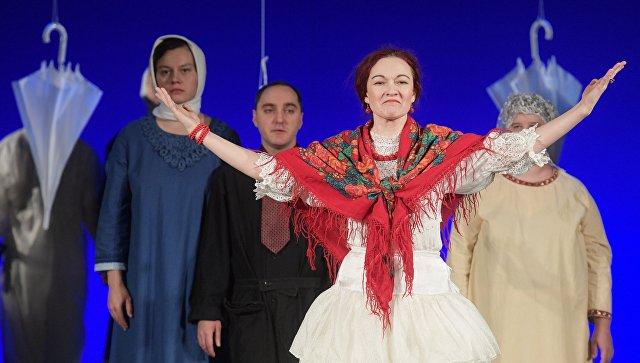 Артисты в сцене из театральной постановки Гроза – среда обитания в Санкт-Петербурге