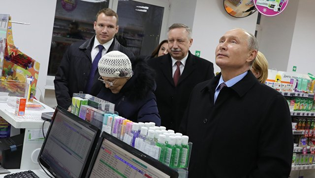 Президент РФ Владимир Путин во время посещения аптеки в Санкт-Петербурге 16 ноября 2018