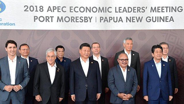 Председатель правительства РФ Дмитрий Медведев во время совместного фотографирования лидеров экономик форума Азиатско-тихоокеанское экономическое сотрудничество в Порт-Морсби. 18 ноября 2018