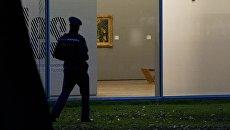Сотрудник правоохранительных органов Нидерландов у здания музея Кюнстхал в Роттердаме, откуда были похищены работы Клода Моне, Поля Гогена, Пабло Пикассо, Анри Матисса и других художников. Архивное фото