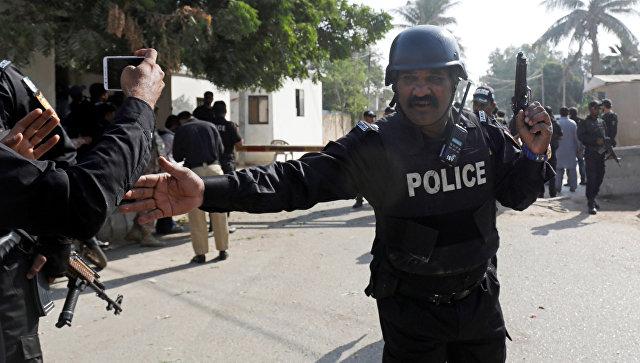Полицейский у китайского консульства в Карачи после нападения. 23 ноября 2018