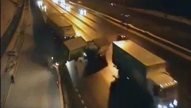 Крупная авария на МКАД с участием четырех автомобилей попала на видео