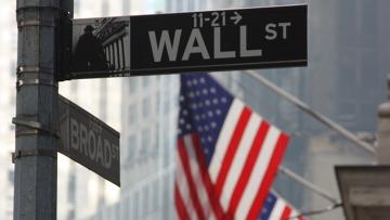 Указатель на Wall Street в Нью-Йорке, архивное фото