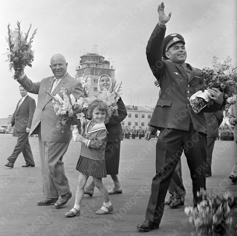 Хрущев и Николаев приветствуют москвичей