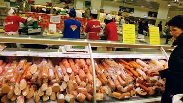 Продажа колбасы. Архивное фото