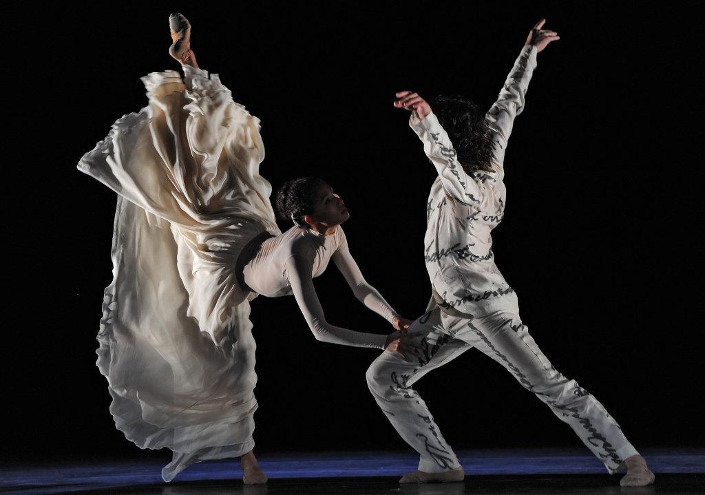 Сцена из спектакля Бесконечный сад в постановке Начо Дуато