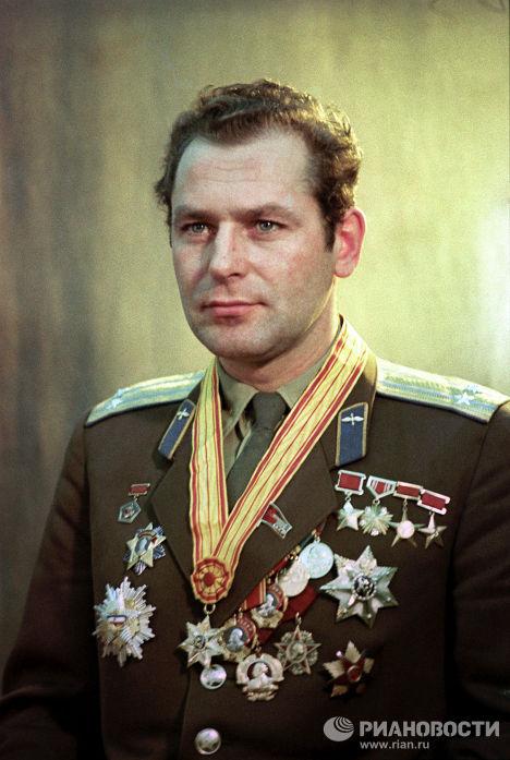 Герой Советского Союза, летчик-космонавт СССР полковник Герман Титов
