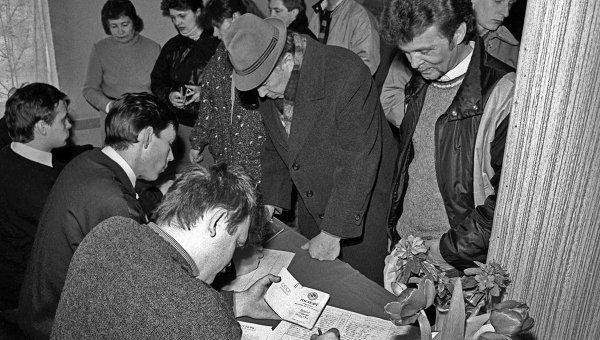 На избирательном участке в Литве в день Всесоюзного референдума 1991 года. Архив