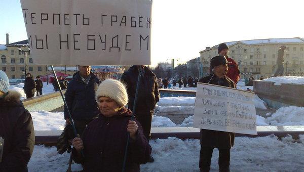 Митинг против отмены льгот на проезд для пенсионеров в Новосибирске