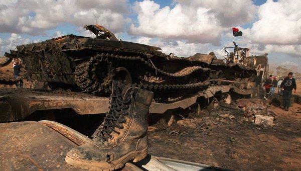 Подбитый танк после воздушного удара коалиционных сил в Ливии