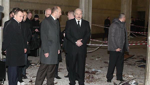Президент Белоруссии Александр Лукашенко осматривает место взрыва на станции метро Октябрьская