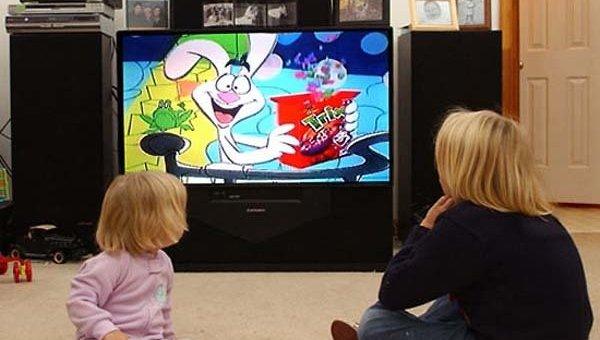 Семья за просмотром телевизора